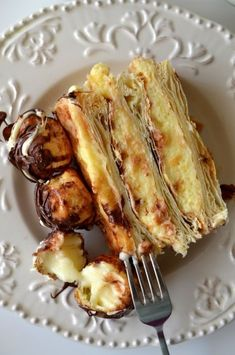 Tort Mille Feuille cu profiterol - Retete culinare by Teo's Kitchen Czech Desserts, Romanian Desserts, Romanian Food, Easy Desserts, Sweets Recipes, Cake Recipes, Cooking Recipes, Chocolate Bowls, Good Food