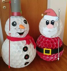 Apuesta a la creatividad: Decoración navideña con ideas fáciles de hacer - KENA Ideas Fáciles, Jar, Christmas Ornaments, Holiday Decor, Home Decor, Xmas, Paper Crowns, Holiday Wreaths, Plastic Cups