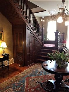 Victorian staircase - 506 S Union St, Natchez, MS 39120 Victorian House Interiors, Victorian Home Decor, Victorian Style Homes, Modern Victorian Houses, Vintage Houses, Victorian Design, Victorian Era, Staircase Design, Old Houses