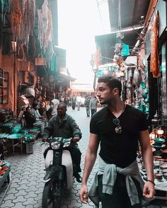 Be a nomad travel the world search for treasures imagine the future...  Amazed is how the way I can describe my feelings walking throw #marrakech  #noirdivoire #marrocos #marroco #globalization #traveler #lifestyle #orient #oriental #colors #trip #tourist #travel #tourism #bazar #bazarmarrakech #model #world #globalization