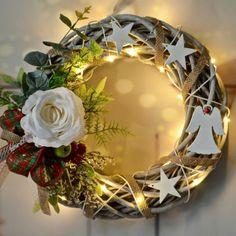 Věnec+Klárka+s+LED+osvětlením+Vánoční+věnec+z+vrbového+proutí+na+dveře+nebo+do+interiéru+v+moderním+stylu+,+kombinace+umělých+květin+a+ozdobných+komponentů.+Vzhledem+k+použitému+materiálu+vám+tento+věnec+vydrží+na+několik+sezón.+je+opatřen+LED+světýlky+na+3+AA+baterie+Použité+barvy:+béžová+natural+-+proutí,+bílá,+červená,+zelená+Rozměry:+30+cm...