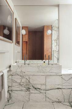 Marble bathroom with deco and brutalist elements #interiordesign #hellopeagreespots #marble #bathroom