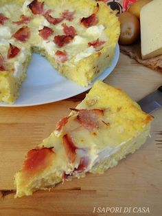 """La crostata di patate con formaggi e prosciuttoè quello che si può definire un piatto """"furbo"""" e versatile da offrire ai nostri ospiti durante cene"""