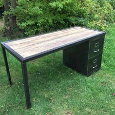 Industrial Style Furniture and Decor Cheap Patio Furniture, Trendy Furniture, Iron Furniture, Pallet Furniture Designs, Recycled Furniture, Furniture Ideas, Guest Room Office, Office Decor, Metal Desk Legs