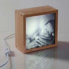 Esta caja de luz te va a enamorar. Busca la foto que más te guste y te la convertimos en una caja de luz irresistible.
