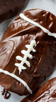 Chocolate Covered Pringles are the perfect salty/sweet snack. Super easy to make with melted chocolate chips. Melting White Chocolate, Semi Sweet Chocolate Chips, Chocolate Covered, Delicious Desserts, Yummy Food, Southern Kitchens, Sports Food, Football Food, Game Day Food