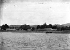 COLLECTIE_TROPENMUSEUM_Het_Fort_Victoria_vanaf_het_water_gezien_baai_van_Ambon_Molukken._TMnr_60013208.jpg (700×501)