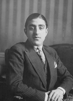 Le Prince héritier Hedayatullah fils du Roi Amanullah d'Afghanistan à son domicile parisien circa 1920 à Paris France