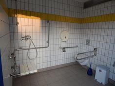 Barrierefreie Toilette sogar mit Dusche direkt an der Promenade in Scharbeutz.