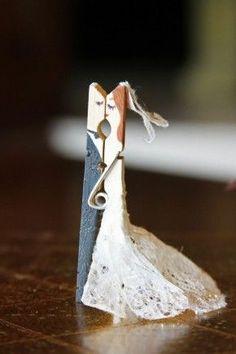 Goedkope knutsel tip met een wasknijper. Van Speelgoedbank Amsterdam voor kinderen en ouders.