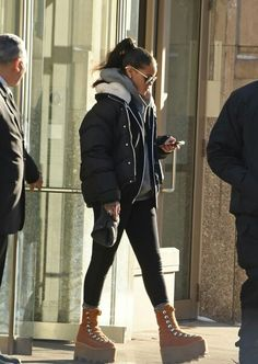 There's one celebrity tastemaker that dominated Rihanna. There's one celebrity tastemaker that dominated Rihanna. Italian Street Style, Nyc Street Style, Rihanna Street Style, Mode Rihanna, European Street Style, Tomboy Fashion, Fashion Killa, Look Fashion, Fashion Models
