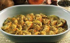 Le patate arraganate si preparano tagliando a fette le patate e alternandole in una pirofila a strati con il trito di cipolla, aglio e aromi; una vol...