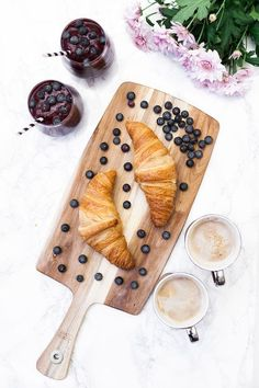 Immagine tramite We Heart It #blueberries #coffee #croissants #flowers #food #healthy #lunch #smoothie