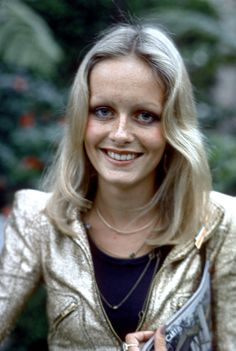 English supermodel Twiggy attends an event circa 1973 in Los Angeles California Crimped Waves, Twiggy Hair, Divas, Long Natural Curls, Blonde Pixie, Golden Blonde, Glam Rock, Celebs, Celebrities
