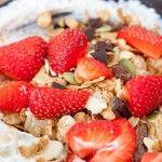 Magere kwark met chocolade muesli en aardbeien