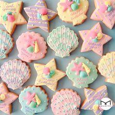 画像 Summer Cookies, Fancy Cookies, Iced Cookies, Cute Cookies, Royal Icing Cookies, Iced Biscuits, Cookies Et Biscuits, Mermaid Cookies, Seashell Cookies