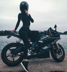 Classic Cars – Old Classic Cars Gallery Biker Chick, Biker Girl, Triumph Motorcycles, Cars And Motorcycles, Girl Motorcyclist, Biker Couple, Motorbike Girl, Motorcycle Girls, Motorbike Cake