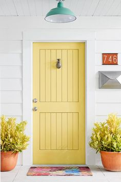 5 Easy Ways To Give Your Front Door a Colorful Makeover - Dekoration Style Yellow House Exterior, Exterior Door Colors, Front Door Paint Colors, Painted Front Doors, Front Door Design, Front Door Decor, Exterior Doors, Best Front Door Colors, Entryway Decor
