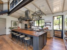 33 The Best Modern Farmhouse Kitchen Design Ideas - Farmhouse kitchens have become timeless classics that are now replicated not only within spacious country properties, but have also become a popular c. Modern Farmhouse Kitchens, Vintage Farmhouse, Home Kitchens, Industrial Farmhouse Kitchen, Farmhouse Style, Kitchen On A Budget, Home Decor Kitchen, Kitchen Design, Home Interior