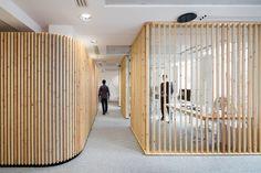 studio razaviによる、リズムのあるモダンなオフィス空間 | roomie(ルーミー)