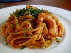 Espaguetis con gambas (camarones) y salsa de soja