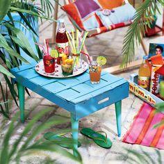 DIY jardin : fabriquer une table avec une cagette en bois - Marie Claire Diy Jardin, Palette Diy, Creation Deco, Marie Claire, Home Gadgets, Pallet Furniture, Crates, Sweet Home, Basket