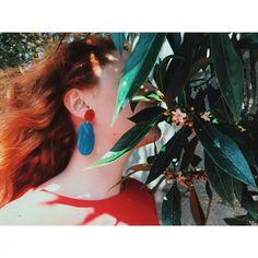 """""""Pois Lorenzo ten una galiña azul con cinco plumas vermellas na dereita. É unha galiña moi bonita e moi rara. Pon ovos de cores"""", Carlos Casares - Día das Letras Galegas 📖 👏  Pendientes disponibles en la E-SHOP  .  #bluepopelina  #eshop #tiendaonline #madeinspain #slowfashion #hechoenespaña #picoftheday #homenaje #diadasletrasgalegas #joyeriasostenible #reciclaje ♻"""