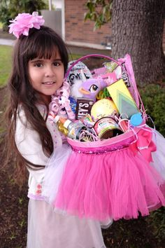 Candy Gift Baskets, Girl Gift Baskets, Candy Gift Box, Father Birthday Cards, Birthday Gifts For Kids, Friend Birthday Gifts, Gender Reveal Party Decorations, Diy Birthday Decorations, Tween Girl Gifts