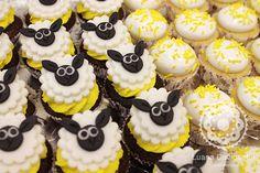 Cupcake de ovelha para chá de bebê amarelo