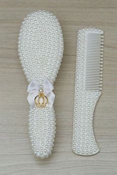 Pearl beads for your craft project. This page includes pearl drops, oat pearls (also known as wheat or rice pearls), ivory colored round pearls, AB pearl beads, and small half pearl beads. Diy Home Crafts, Diy Arts And Crafts, Handmade Baby Gifts, Diy Gifts, Kit Bebe, Baby Bling, Baby Kit, Baby Decor, Baby Accessories