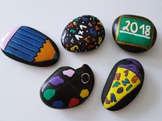 Decoration idea for schooling: DIY table decoration made of painted stones - Painted decorative stones as table decorations for schooling. School Decorations, Table Decorations, 1st Day Of School, Stone Painting, Kids Playing, Painted Rocks, Kindergarten, About Me Blog, Marcel