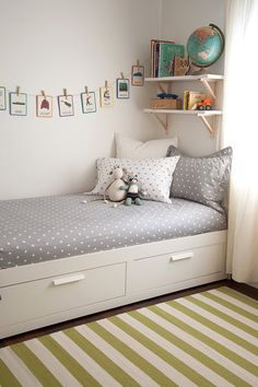 kids space bedroom renting friendly on #decokidsnco.over-blog.com  chambre enfant tapis ligné globe guirlande