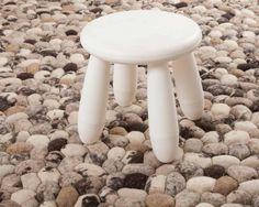 | Sukhi.nl | Het lijken grote #kiezels maar het zijn #wollen bollen. Deze originele 'stenen' #vloerkleden zijn gemaakt van 100% wol. En alleen de hoogste kwaliteit uit #Nieuw-Zeeland. #Sukhi #handgemaakt #natuurlijk Al vanaf €210! Gemaakt in #India