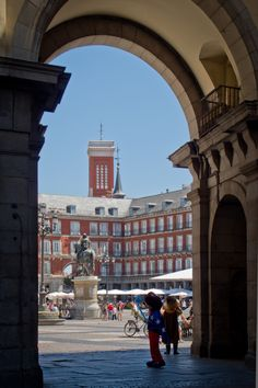 PLAZA MAYOR MADRID.Me enamoré de Madrid y su gente!!!!♥♥ Foto Madrid, Madrid Barcelona, Spain Madrid, Places Around The World, Around The Worlds, Renaissance Architecture, Modern Architecture, Madrid Travel, Spain And Portugal