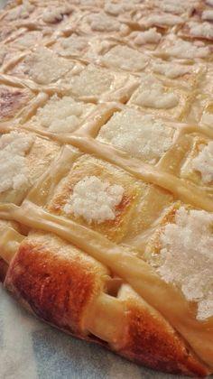 Larpeira Gallega ó Coca de San Juan – DULCES FRIVOLIDADES Sweets Cake, Pastry Cake, Sweet Desserts, Empanadas, Apple Pie, Food And Drink, Chocolate, Candy, Baking