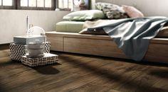 Keramisch parket: planken tegels op de vloer in de slaapkamer. De uitstraling van hout met de voordelen van tegels, deze houtlook tegels zijn bijvoorbeeld heerlijk in combinatie met vloerverwarming!