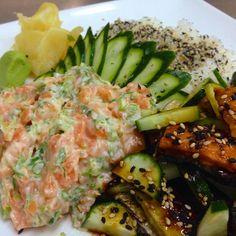 Tataki de salmão com suco de limão e cebolinha no prato acompanhado de arroz de sushi e skin salad  #sushi #tataki #food #japanesefood #fusionfood #salmon #salmao #salmonskin #salad #instafood #instagood #instapics #cucumber #pepino by marcelofugita