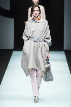 The complete Giorgio Armani Fall 2018 Ready-to-Wear fashion show now on Vogue Runway. Covet Fashion, Women's Runway Fashion, Fashion 2018, Fashion Dresses, Fashion Trends, Giorgio Armani, Armani Collection, Fashion Show Collection, Milano Fashion Week