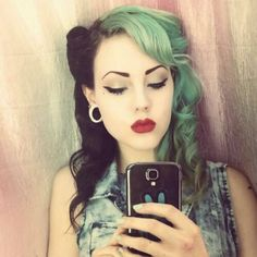 Black and green hair, red lips. Looks awesome! Never thought of green hair but I sorta like it enough to try it. Cabelo Pin Up, Peinados Pin Up, Looks Rockabilly, Rockabilly Hair, Psychobilly Hair, Black And Green Hair, Blue Hair, Lilac Hair, Ombre Hair