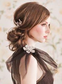Los peinados para fiestas semi recogidos y las flores naturales dan un toque de frescura a las damas
