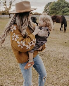 Casual Family Photos, Family Photo Outfits, Fall Family Photos, Picture Outfits, Western Family Photos, Outfits With Hats, Cute Outfits, Womens Western Hats, Poses