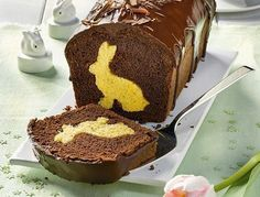 A sweet bunny is hidden in each piece of the Easter bunny cake with cocoa glaze Informations About Osterhasenkuchen mit Kakaoglasur Pin You can easily Easter Bunny Cake, Chocolate Easter Bunny, Easter Cookies, Easter Treats, Easter Art, Easter Food, Food Cakes, Cupcake Cakes, Cupcakes
