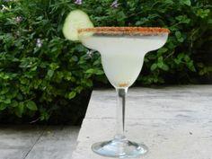 michaskitchen.com Este Martini de pepino es refrescante y el chile en el vaso le da el toque que no te va a dejar tomar solo uno!