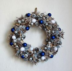 Modro-bílý+věnec+-+masivní+věnec+z+přírodního+materiálu+-+v+bílé,+stříbrné+a+modré+barvě+-+vyrobeno+s+myšlenkou+na+vánoční+dekoraci+pro+chlapa,+muži+do+práce,+do+staromládeneckého+bytu..+-+průměr+34+cm Ornament Wreath, Ornaments, Advent, Christmas Wreaths, Holiday Decor, Home Decor, Christmas Garlands, Homemade Home Decor, Holiday Burlap Wreath