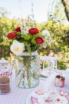 Frühlings Strauß zum Muttertag mit roten Ranunkeln und weißem Flieder | #radbag #muttertag www.radbag.de #blogparade