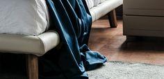 ADAM CATTELAN ITALIA Design: Gino Carollo (2014)   Adam von Cattelan Italien von Designer Gino Corallo hergestellt ist ein Bett, das mit einem modernen Design und elegant kommt. Es ist komplett in Leder oder Leder überzogen und ist in verschiedenen Farben erhältlich. Weiß, schwarz, rot oder orange: Das Kopfteil ist aus Leder mit kontrastierenden oder passende Wahl in verschiedenen Ausführungen hergestellt gepolstert. Das Bett wird aus dem Boden durch dünne Beine in Canaletto Nussbaum oder…