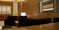 Zonas nobles: vestíbulo. Nuevamente nos encontramos una decoración minimalista, con un fuerte protagonismo de la madera, la iluminación es tenue. Los colores son apagados, predominando los tonos oscuros en contraposición de los claros. Los sillones siguen la línea de elegancia y confort que ya se ha comentado.