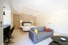 Une chambre spacieuse ouverte sur le salon avec un petit bureau en bonus !