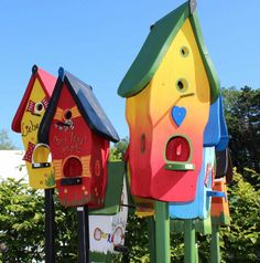 Vogelvilla Nistkasten Futterplatz - love these colorful birdhouses!