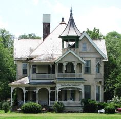 The Queen Anne-style I.W.P. Buchanan House in Lebanon, Tennessee